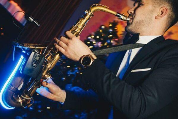 Saksofonist Henri Aruküla led-saksofoniga