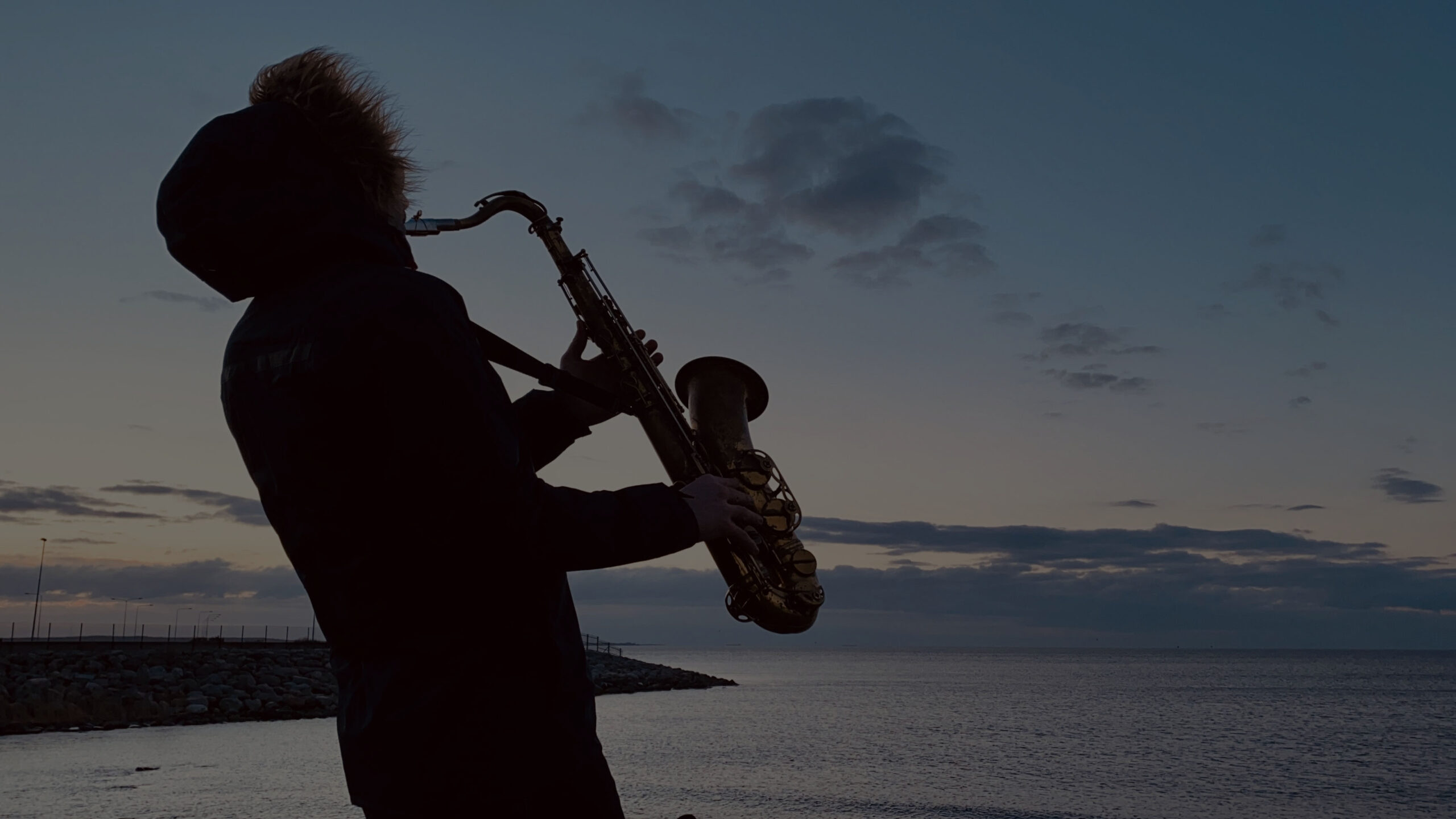 mere ääres saksofonist